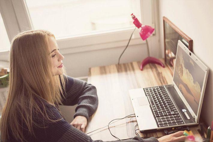 interior-desk-girl.jpg