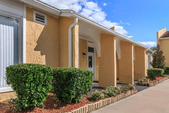Welcome home to Cross Creek Apartments in Jacksonville, Florida