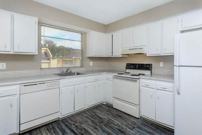 3 bed 3 bath modern kitchen at Cross Creek Apartments in Jacksonville, Florida
