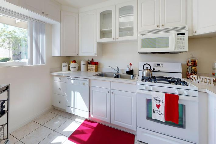 Loma-Palisades-Palms-Two-Bedroom-Kitchen.jpg