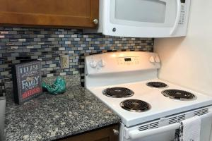 LUXURIOUS GLASS TILE BACKSPLASH