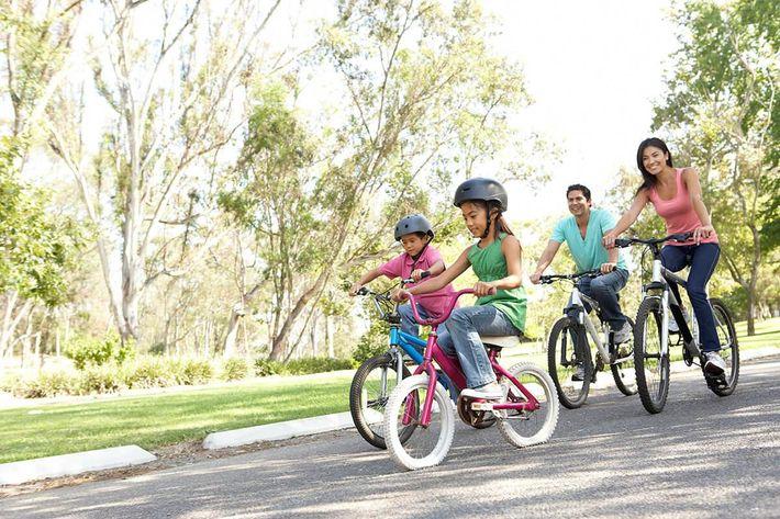Family-on-BikesiStock-141915300.jpg