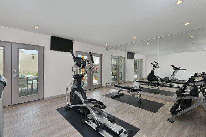 seventeen-805-17805-apartments-for-rent-phoenix-az-85032-fitness-center.jpg