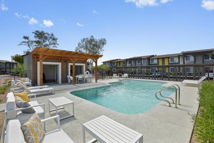 seventeen-805-17805-apartments-for-rent-phoenix-az-85032-pool.jpg