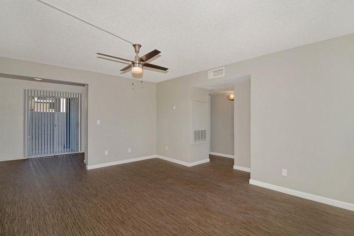 seventeen-805-17805-apartments-for-rent-phoenix-az-85032-living-room1.jpg