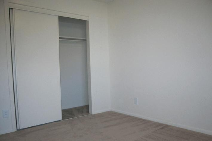 1 bed walk in closet.jpg