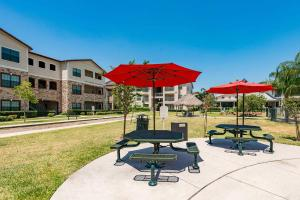 THE PLANTATION APARTMENTS HAS A PICNIC AREA WITH BARBECUE