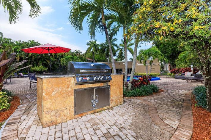 Picnic area with barbecue at Belaire Tower Apartments Boca Raton, FL.
