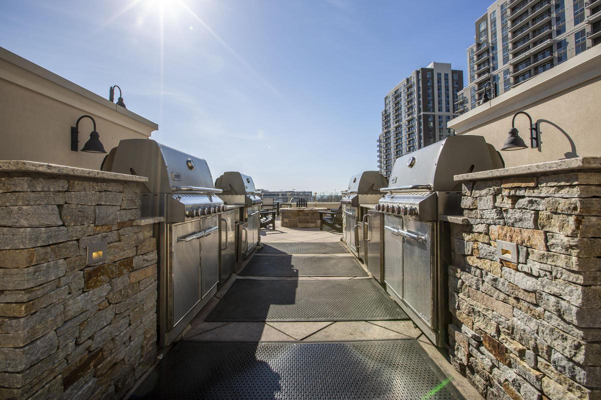 RELAXING BARBECUE AREA AT 101 PARK PLACE AT HARBOR POINT APARTMENTS