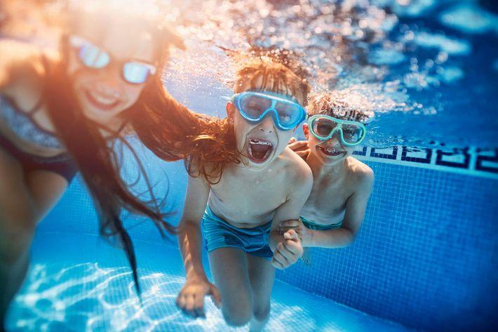Kids-Underwater-Pool-875007808.jpg