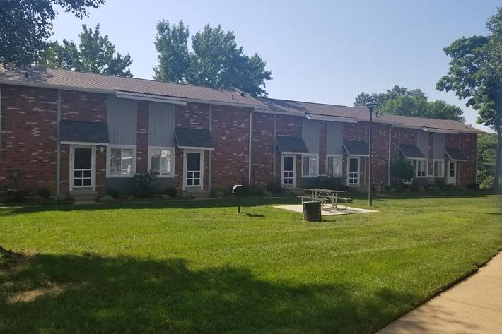 Southmoor Apartments in South County St. Louis, MO - Exterior 04.jpg