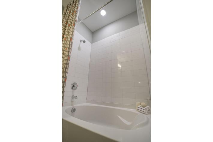PROSPERITY-VILLAGE-APARTMENTS-CHARLOTTE-NC-1-BED-MODEL-BATHROOM-02.jpg