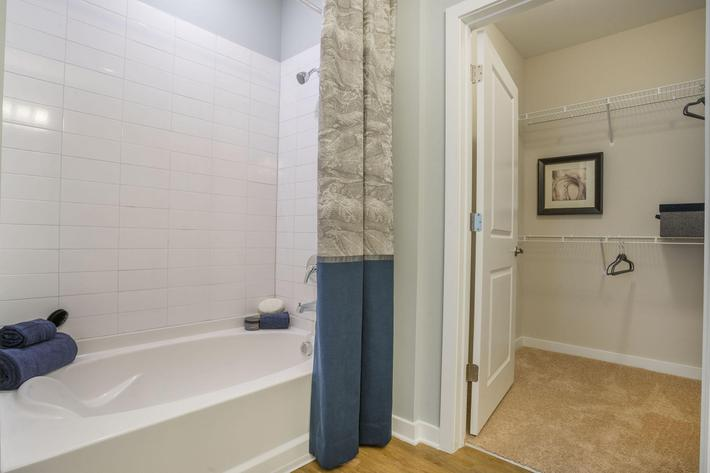PROSPERITY-VILLAGE-APARTMENTS-CHARLOTTE-NC-2-BED-MODEL-MASTER-BATH-03.jpg