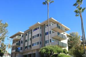 Beautiful landscaping at Casa Del Mar in San Diego, CA