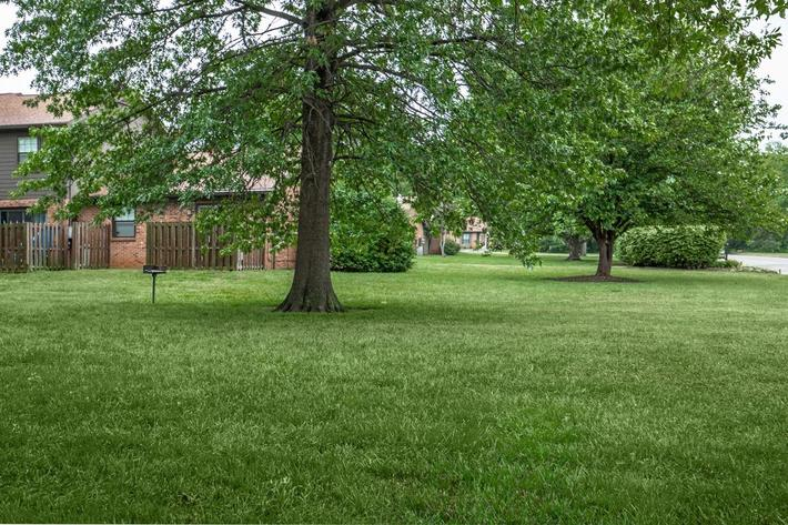 Picnic Area with Barbecue Here at Colony House Apartments For Rent In Murfreesboro, Tennessee