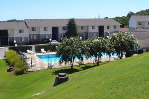 Flawlessly landscaped grounds of Hickory View Apartments pool