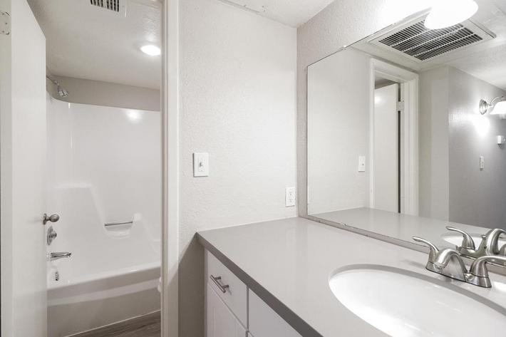 2140 W Thunderbird Rd Phoenix-large-023-24-Bathroom and Shower-1500x1000-72dpi.jpg