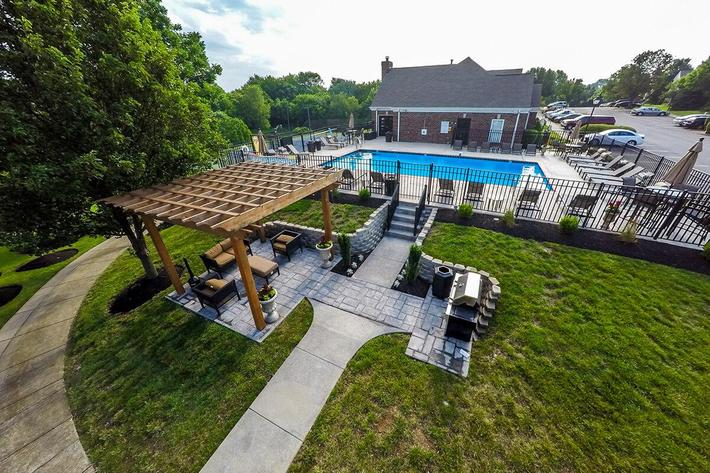 Fenwick Place Apartments in Louisville, KY - Picnic Area 02.jpg