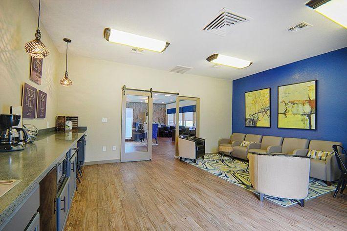 20-Leasing-lounge3.jpg