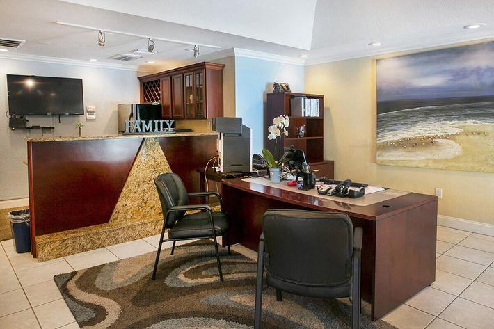 seastone-luxury-apartments-tampa-fl-leasing-office (2).jpg