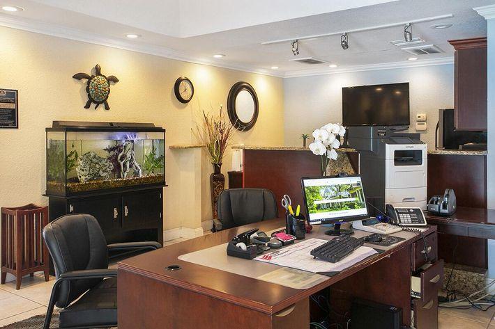 seastone-luxury-apartments-tampa-fl-leasing-office (3).jpg