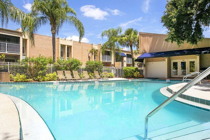 seastone-luxury-apartments-tampa-fl-pool (1).jpg