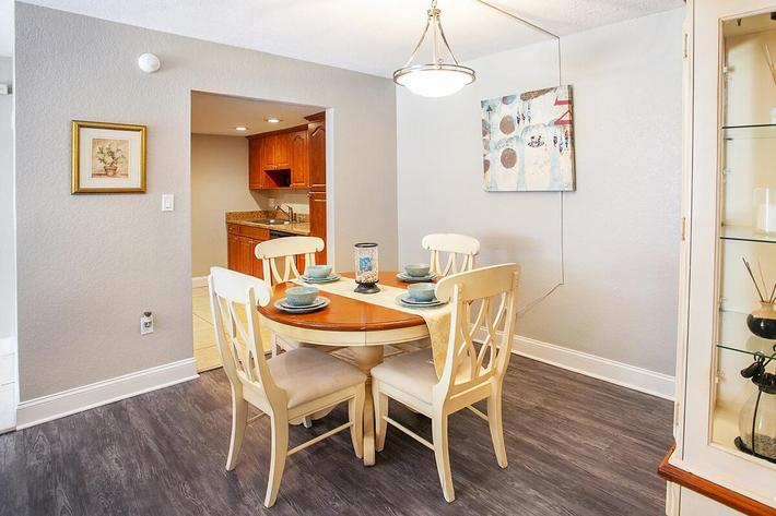 seastone-luxury-apartments-tampa-fl-the-amante---2bd2ba---1100-sqft---dining (3).jpg