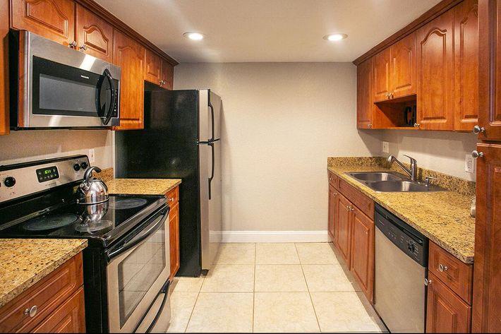 seastone-luxury-apartments-tampa-fl-the-amante---2bd2ba---1100-sqft---kitche (1).jpg