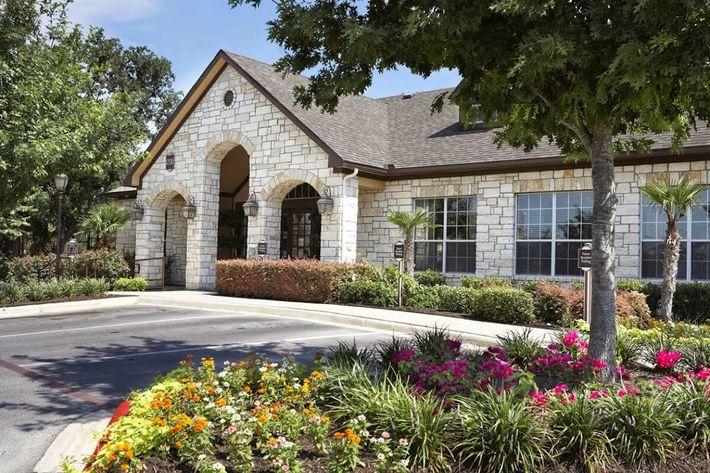 Boulder Creek Luxury Apartments in San Antonio, TX - Exterior 02-2.jpg