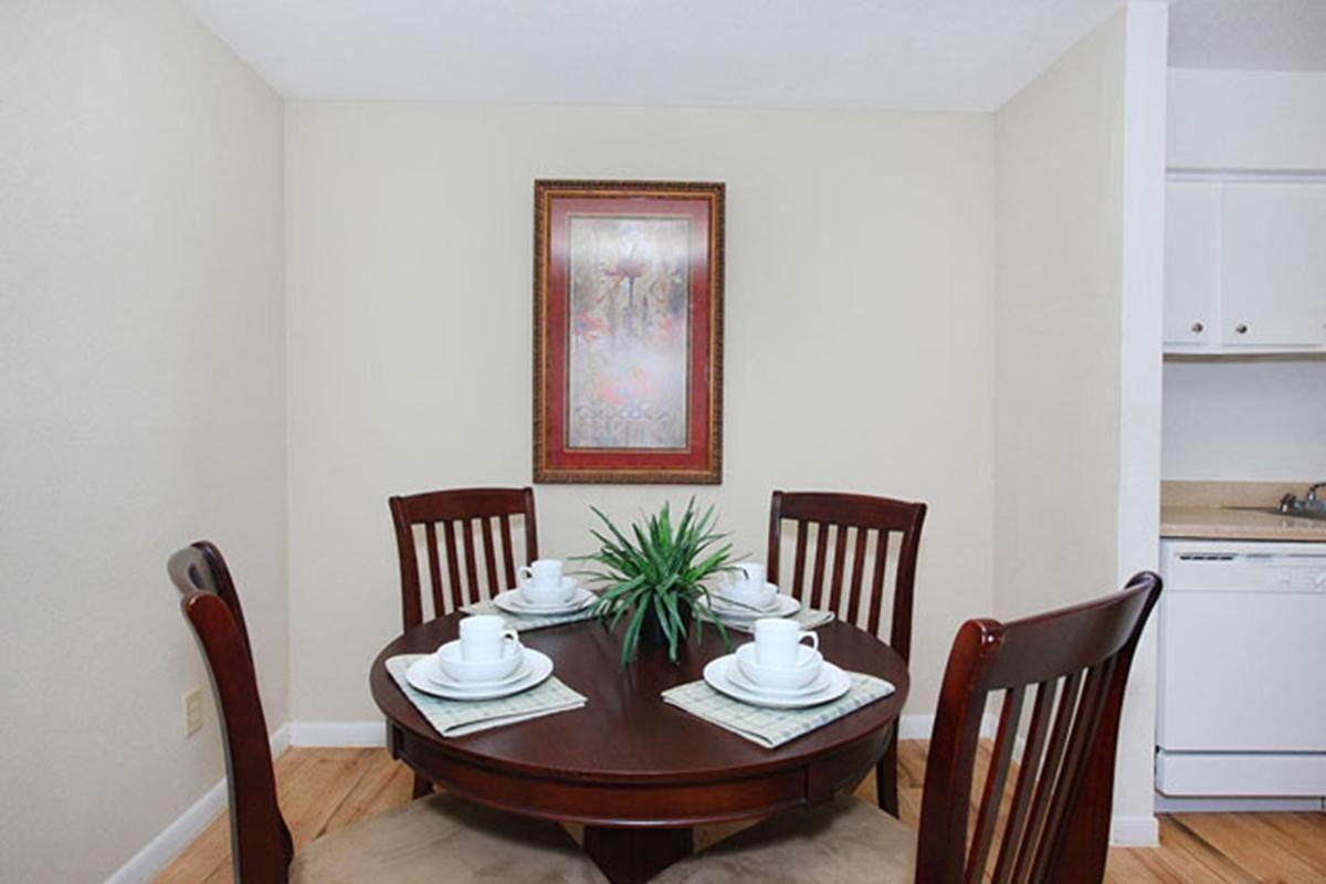 red-stone-vista-apartments-houston-tx-dining-room 1.jpg