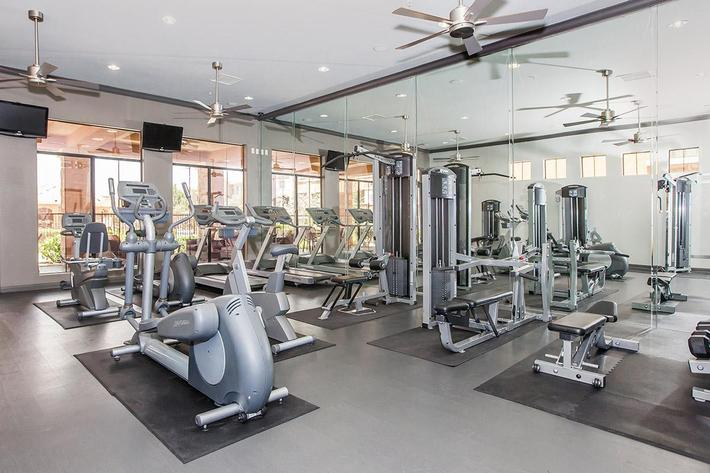 STATE-OF-THE-ART-FITNESS-CENTER AT THE PARAMOUNT APARTMENTS