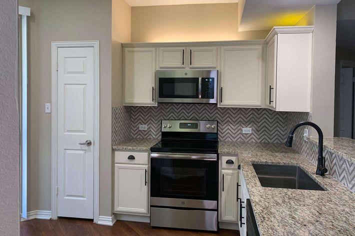 03Bs.kitchen.jpg