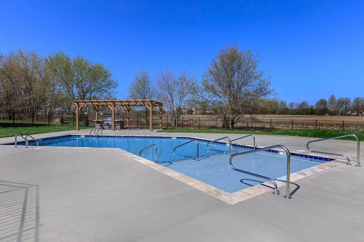 Swimming pool at Summertrees Apartments