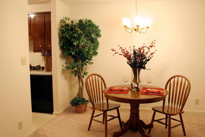 dining-room-summertree-apt[1].jpg