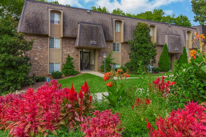 Beautiful Landscaping at Kingston Pointe Apartments in Knoxville, Tennessee