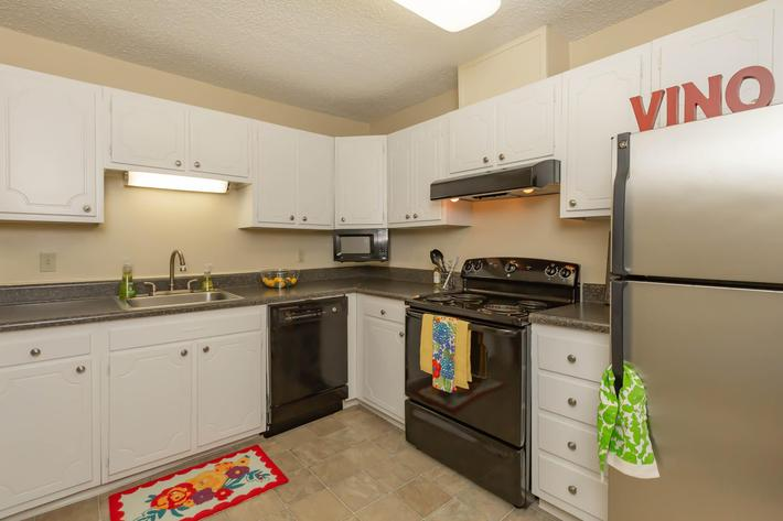 Well-equipped Kitchen at Kingston Pointe Apartments in Knoxville, Tennessee