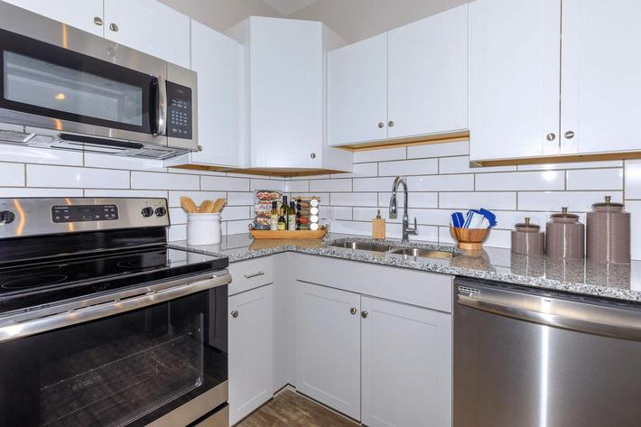 STAINLESS STEEL APPLIANCES WITH WHITE CABINETS