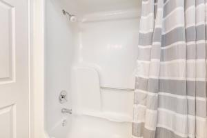 Bathtub & shower at Graymere in Columbia, Tennessee