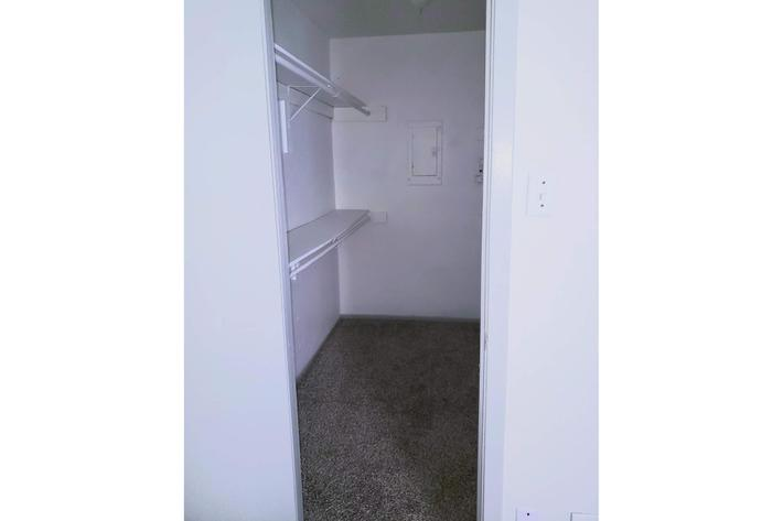 1x1 Walk In Closet.jpg