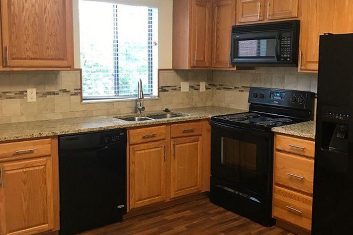 12542 Kitchen.jpg