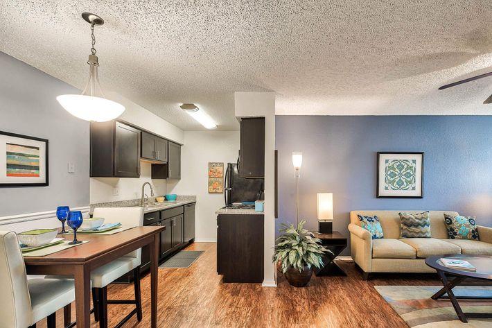Living-Room_175-N-LOCUST-HILL-DR-LEXINGTON-KY_RAINTREE-Apts_RPI_II-289660-70.jpg