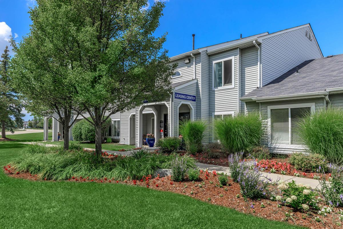 COME HOME TO OAKS AT HAMPTON APARTMENTS IN ROCHESTER HILLS, MI
