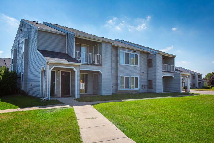 Oaks at Hampton Rochester Hills MI Exterior 2.jpg