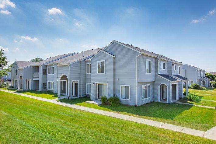 Oaks at Hampton Rochester Hills MI Exterior 3.jpg