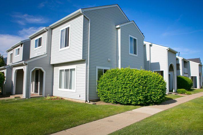 Oaks at Hampton Rochester Hills, MI exterior.jpg