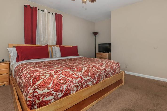 comfortable bedroom with carpeted flooring at Eagles Crest at Wallace in Clarksville, Tennessee