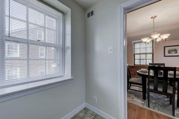 004_2920_Midvale_Ave-Carlton_Park_Apartments_158153_162962.jpg