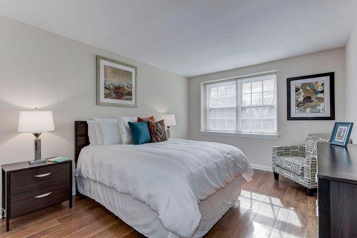 006_2920_Midvale_Ave-Carlton_Park_Apartments_158153_162962.jpg