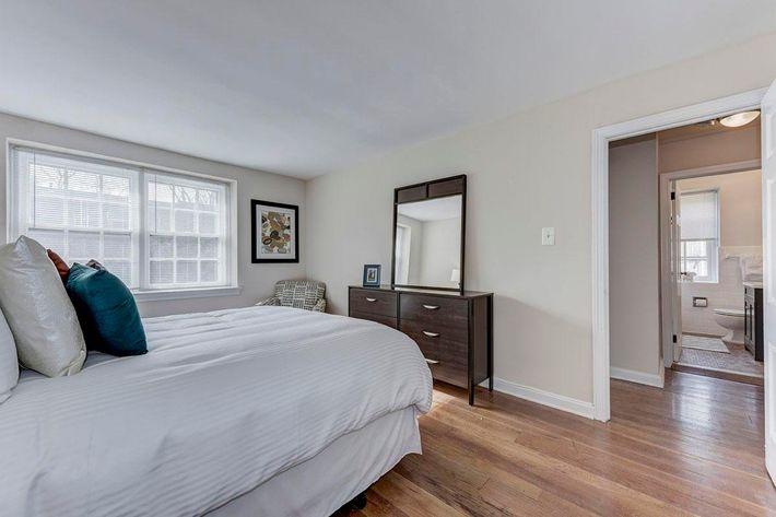 008_2920_Midvale_Ave-Carlton_Park_Apartments_158153_162962.jpg