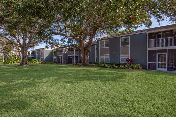 Beautiful landscaping at Arbor Oaks Apartments in Bradenton, FL.